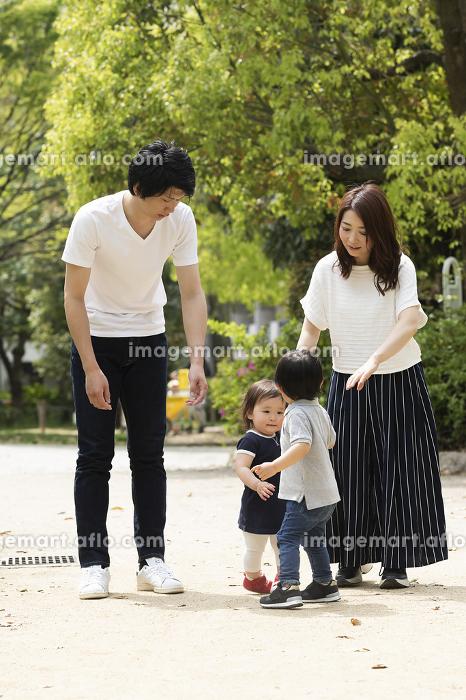 公園を散歩する親子の販売画像