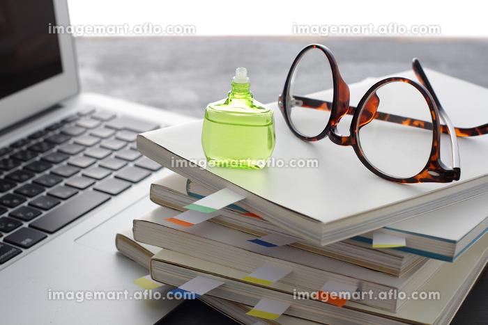 ノートパソコンと多量の仕事と疲れの販売画像