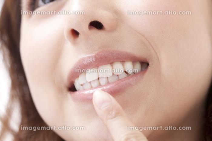 女性の口元の販売画像