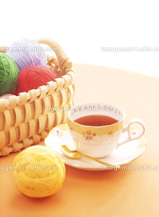 籠の毛糸玉とティーカップの販売画像