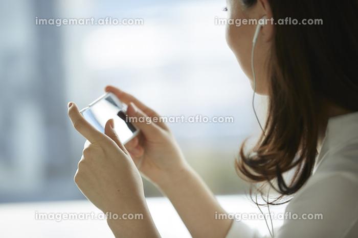 カフェでスマートフォンを操作の販売画像