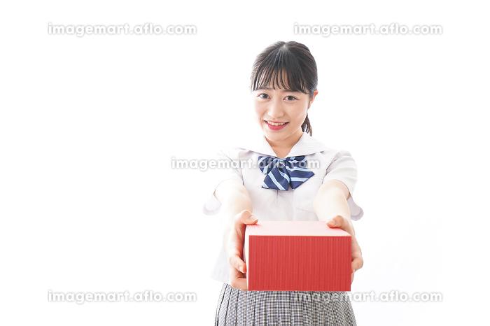 プレゼントを渡す学生の販売画像