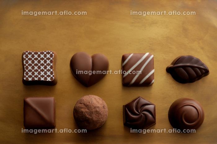 暖色系の背景に置いたチョコレートの販売画像