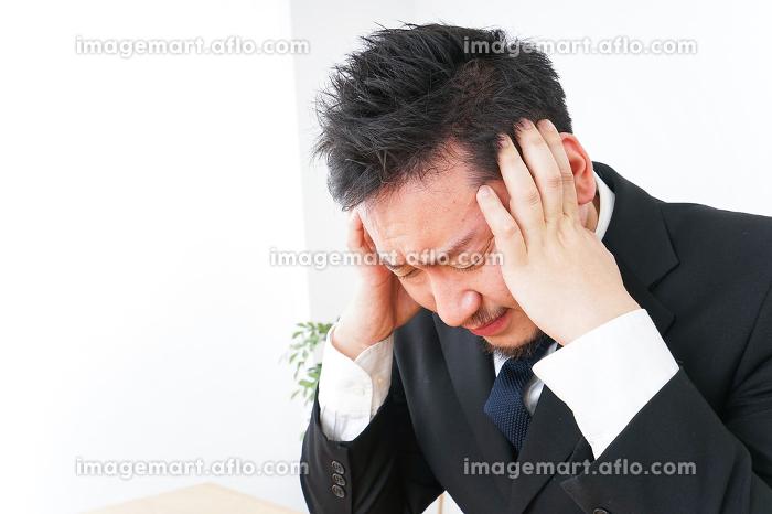 ストレスを抱えるビジネスマンの販売画像