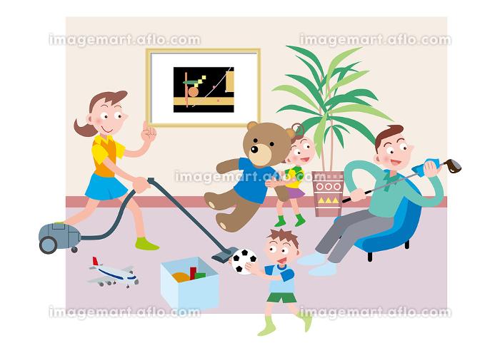 ゴルフクラブを磨く父親と掃除をする母親と片付けをする姉弟の販売画像