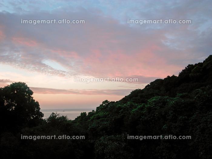 山間から見える海と夕景の販売画像