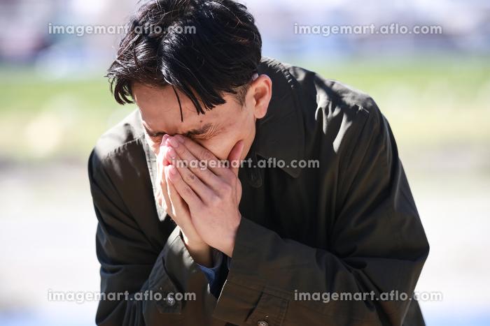 くしゃみをする男性の販売画像