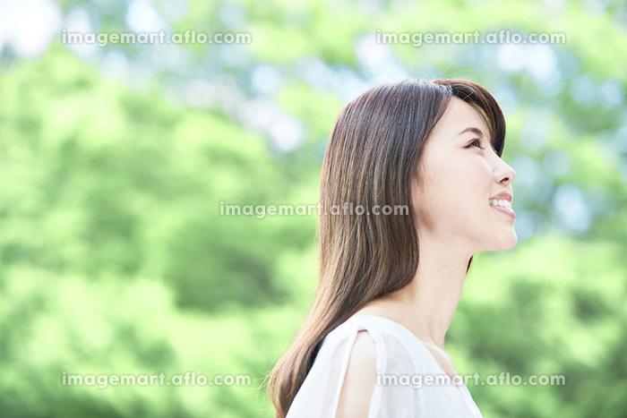 新緑の中の若い日本人女性の販売画像