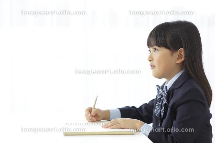 教室で勉強をする小学生の女の子の販売画像