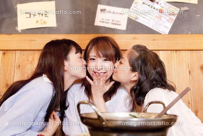 両頬にキスをする女性の販売画像