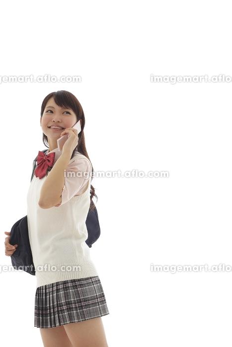 制服姿で電話をかけている女の子の販売画像