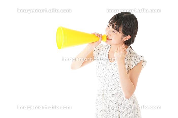 メガフォンを使い応援をする若い女性の販売画像
