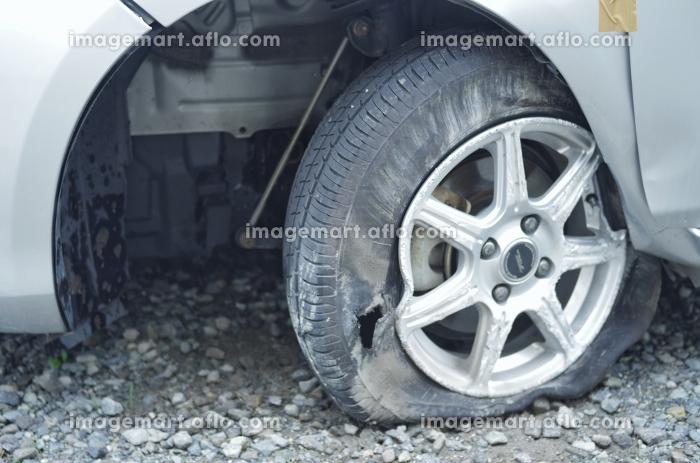 パンクした自動車のタイヤの販売画像