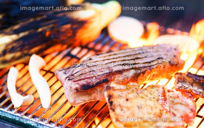 バーベキューで炭火でビーフステーキを焼く 【アウトドアの醍醐味】の販売画像