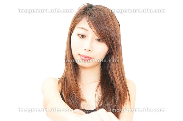 スキンケアをする女性の販売画像