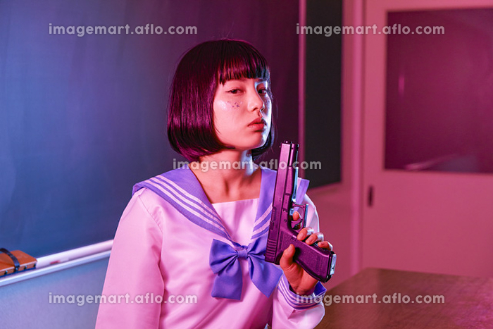 銃を持つセーラー服姿の日本人女性