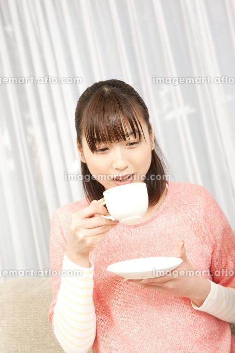 コーヒーを飲む女性の販売画像