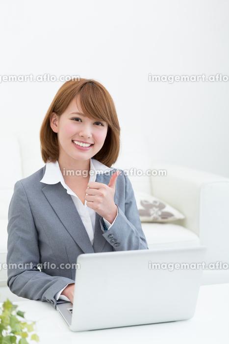 パソコンを見る女性 ビジネスの販売画像