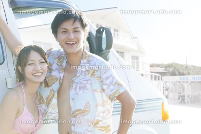 水着で微笑むカップルの販売画像