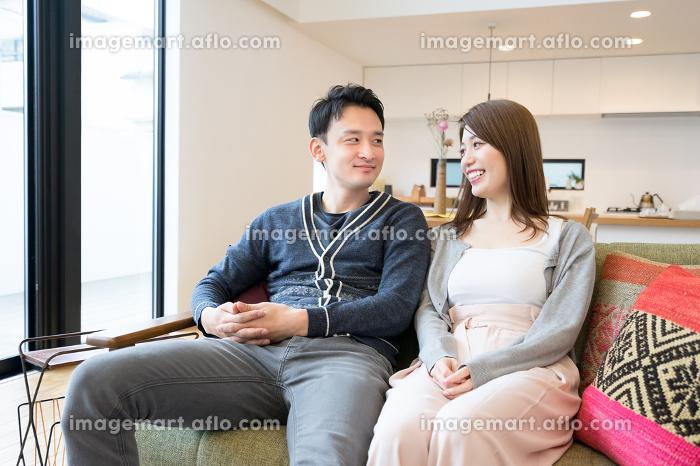 会話するカップル(夫婦・ライフスタイル・室内の販売画像