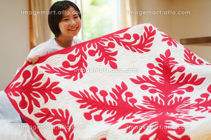 ハワイアンキルトを作る女性の販売画像