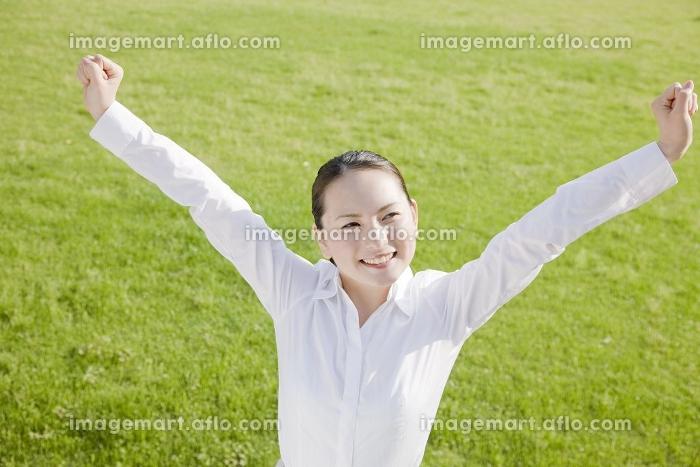 バンザイをする女性の販売画像