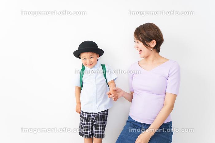 通学をする子どもとお母さんの販売画像
