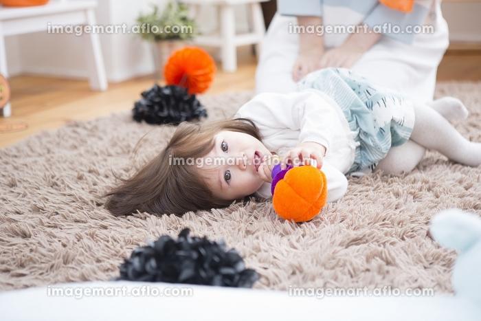 ハロウィンの飾りつけをした部屋の親子の販売画像