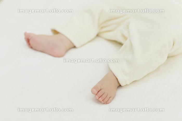 眠る赤ちゃんの足の販売画像