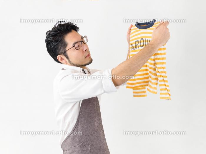 洗濯物を干す男性のイメージの販売画像