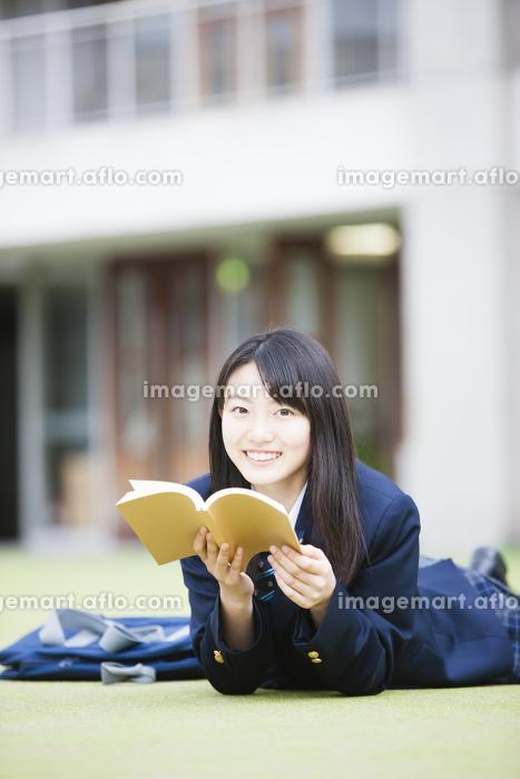 日記を見る女子高生の販売画像