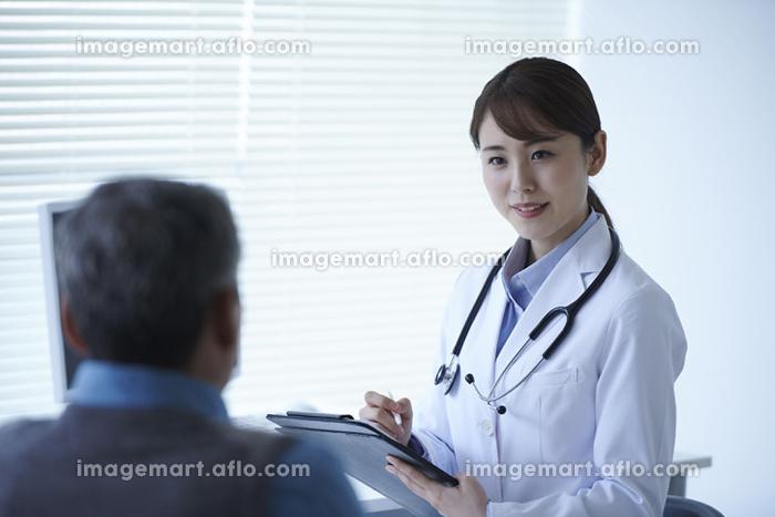 診察をする医者の販売画像