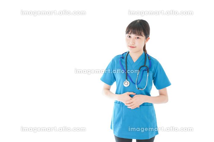 笑顔の若い女性看護師の販売画像