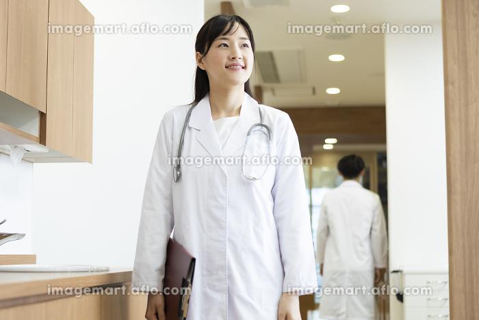 カルテを持った女医