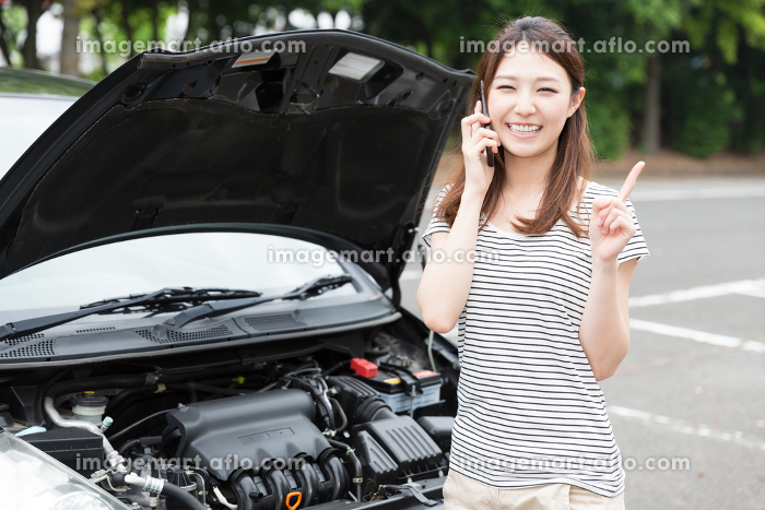 女性と自動車 故障 電話の販売画像