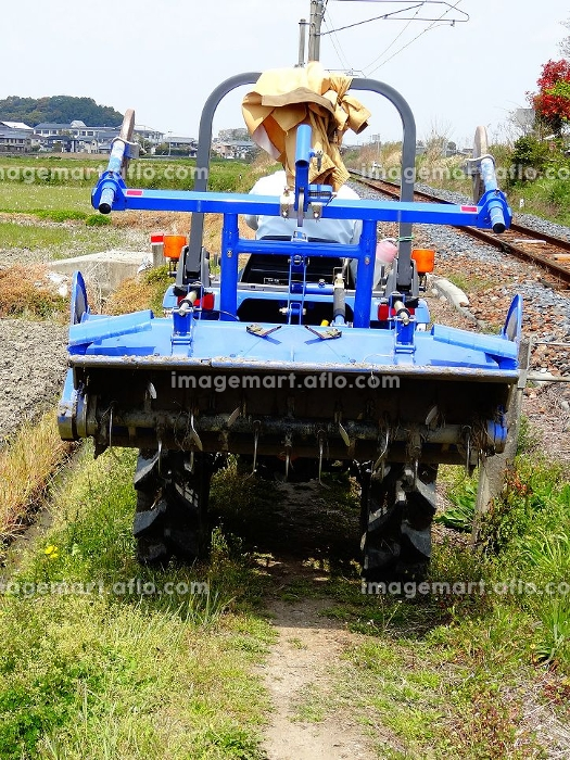 農道を走るトラクター