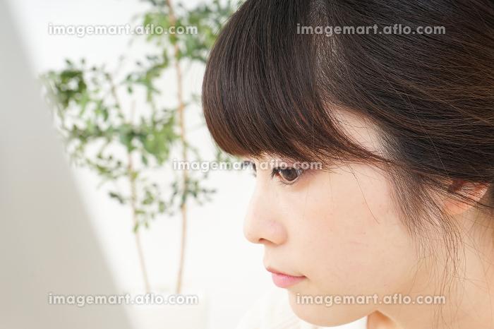 肌荒れをケアする若い女性の販売画像