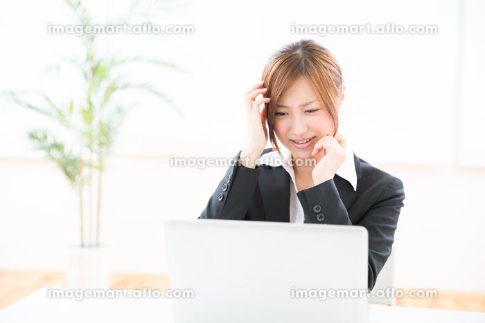 パソコンを見る女性 考える ビジネスの販売画像
