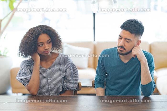 けんかして険しい表情を見せる男女の販売画像