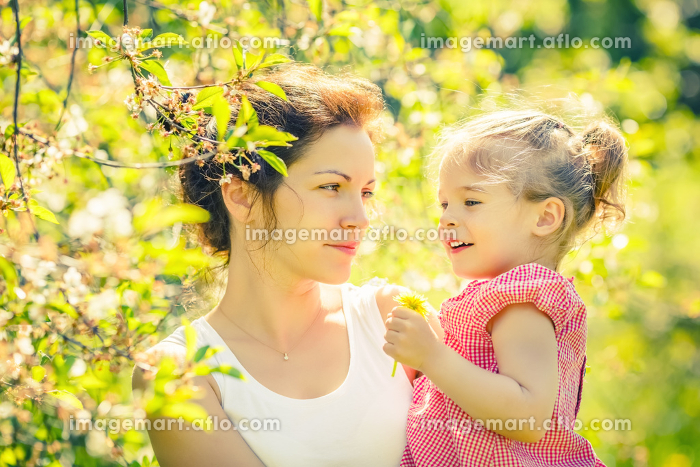 Mother and daughter in sunny parkの販売画像