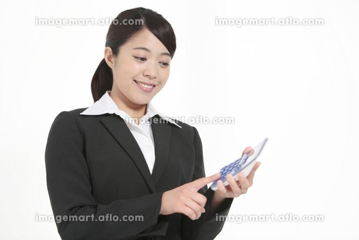 電卓を持つビジネスウーマンの販売画像