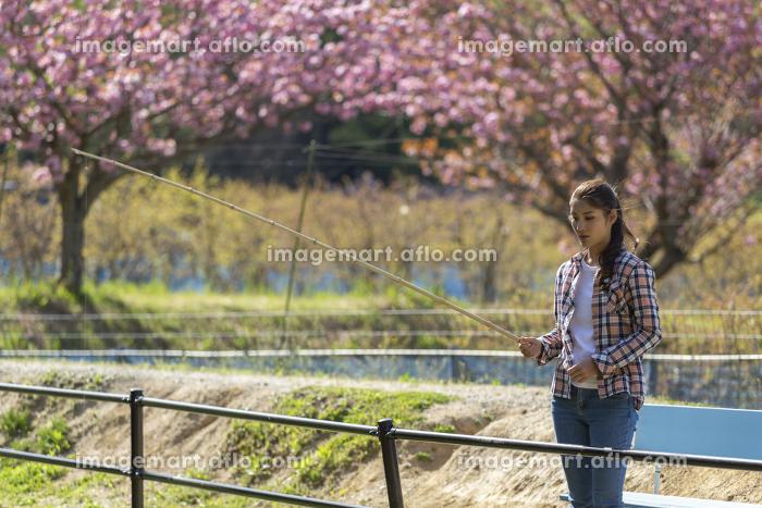 釣りをする女性の販売画像
