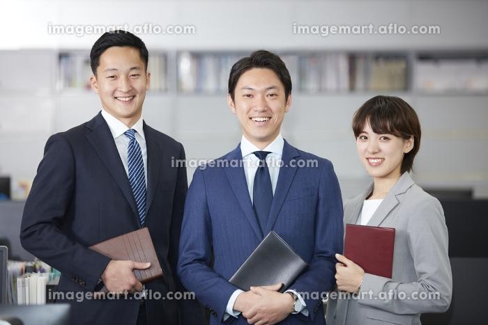 男女のビジネスチームの販売画像