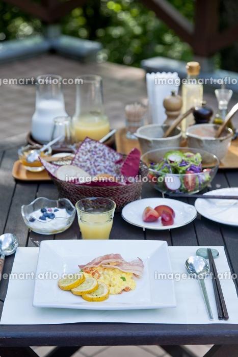 森のなかのテラスでの朝食の販売画像