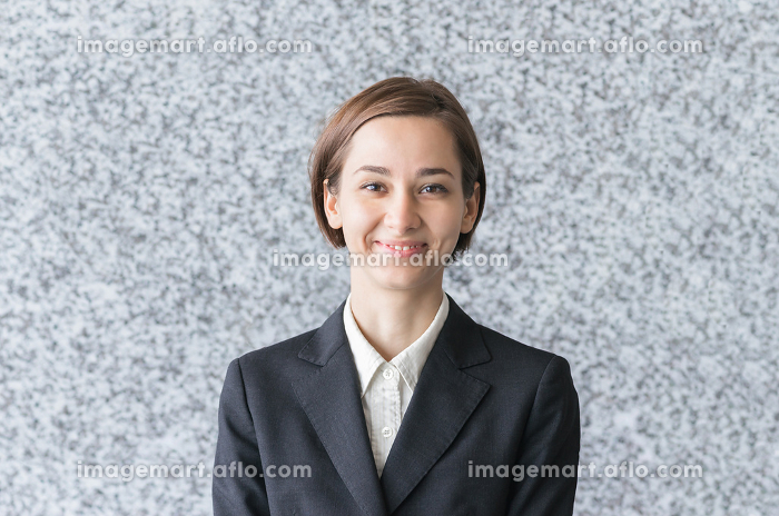 やる気に満ち溢れた表情の女性の販売画像