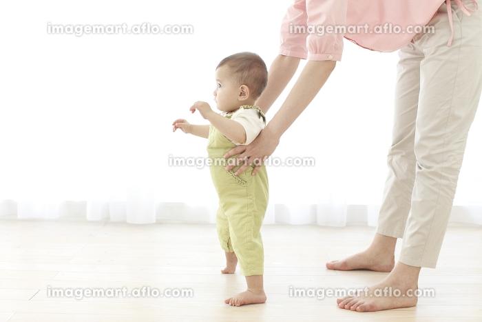 お母さんと歩く練習をする赤ちゃんの販売画像