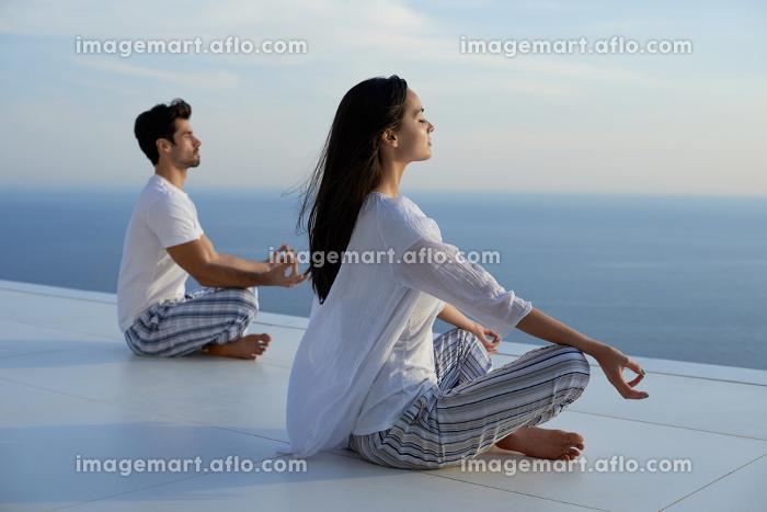 young couple practicing yogaの販売画像