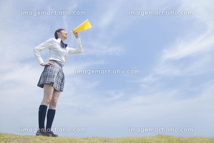 メガホンで声援を送る女子高校生の販売画像