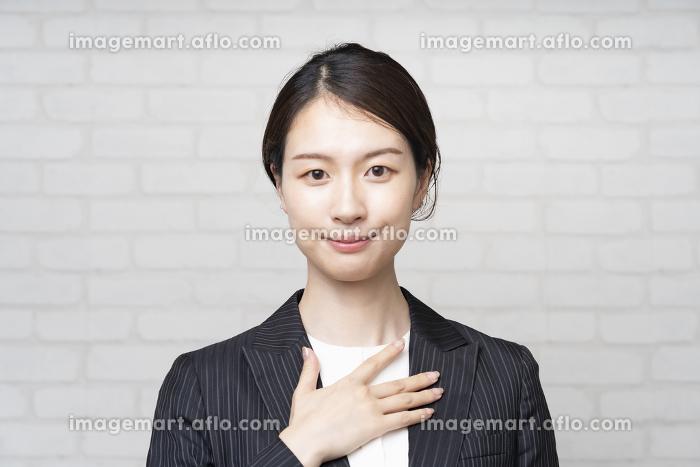 案内・安心のポーズをするビジネスウーマンの販売画像