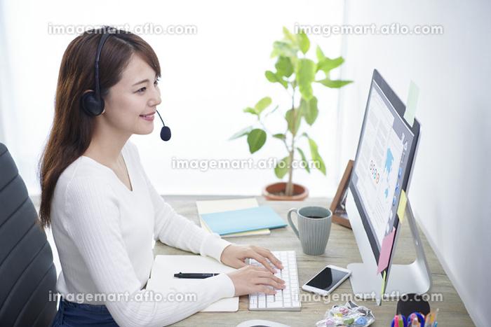 在宅ワークをする日本人女性の販売画像